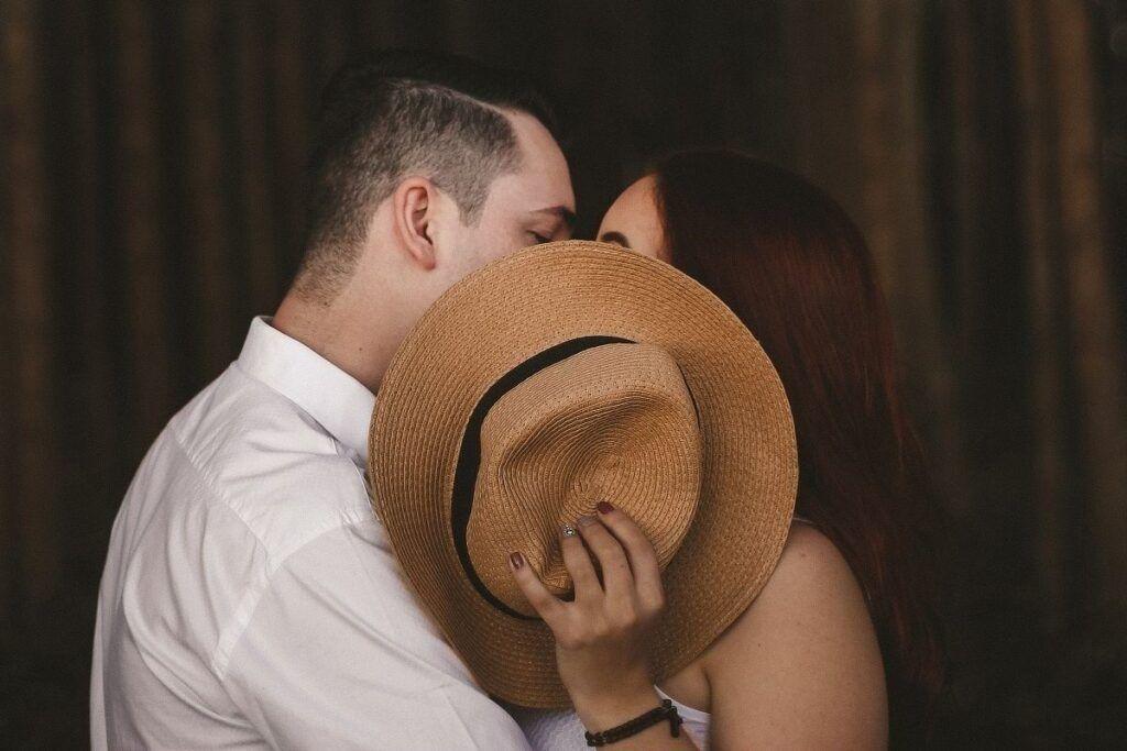 Para całuje się w 3 rocznicę ślubu