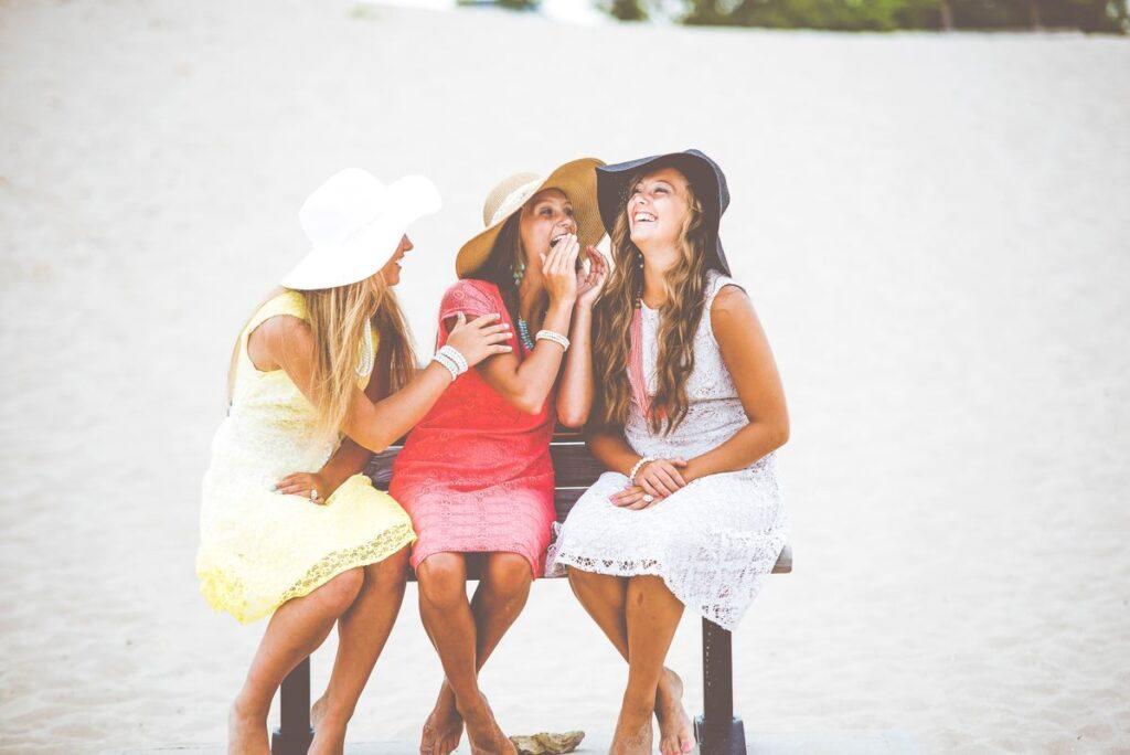 Dziewczyny siedzą na ławce i się śmieją