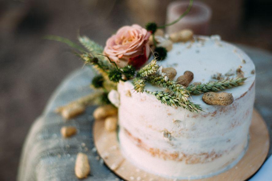 Tort z żywymi kwiatami i orzechami