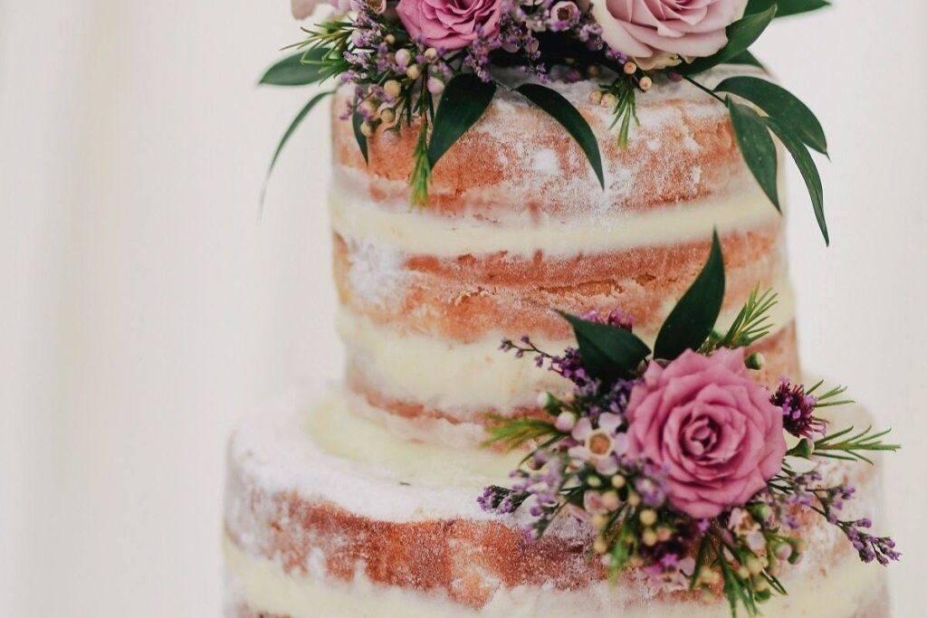 Tort z żywymi kwiatami różowymi