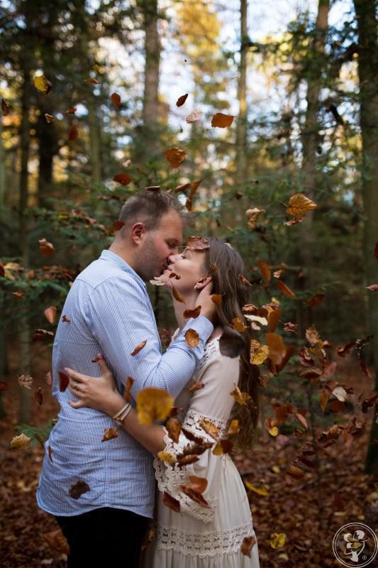 jesienna sesja narzeczeńska w liściach w lesie