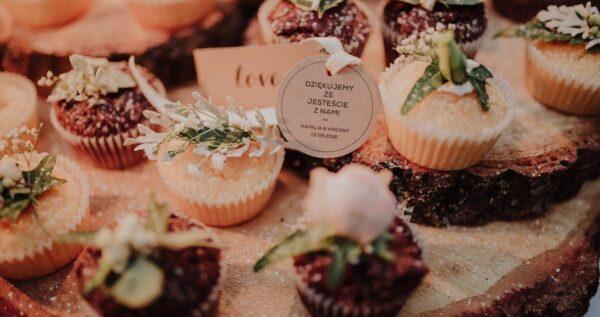 Tort z babeczek słodkim hitem weselnym! Jakie babeczki wybrać?