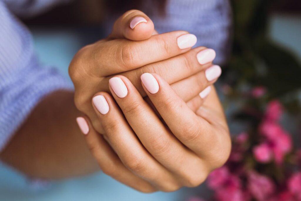 jasne paznokcie hybrydowe różowe delikatne stonowane
