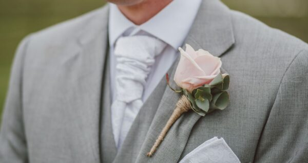 Poszetka do garnituru – niebanalny dodatek dla pana młodego