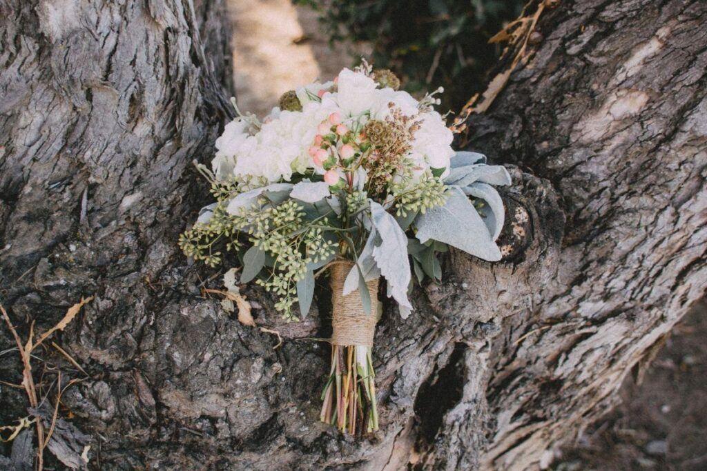Bukiet ślubny na pniu drzewa