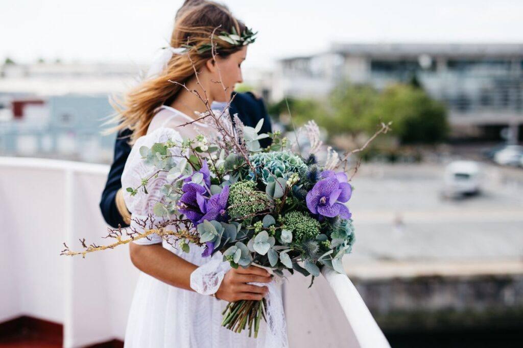 Bukiet ślubny rustykalny z fioletowymi kwiatami