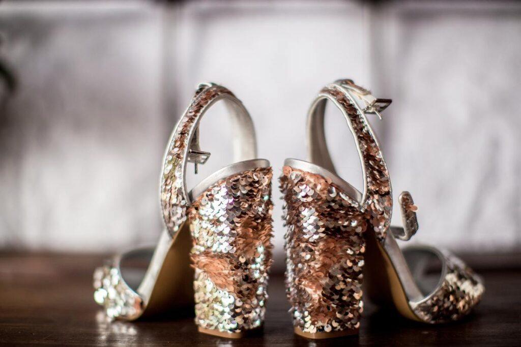Cekinowe buty do bordowej sukienki