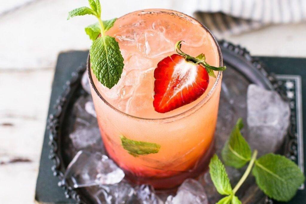 Drink na wesele z truskawką