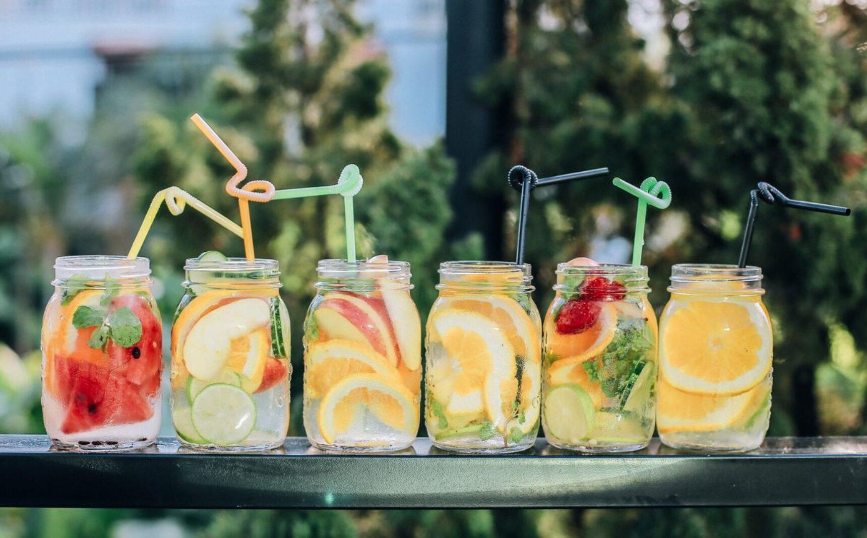 Najpopularniejsze drinki na wesele – sprawdź, których nie może zabraknąć w twojej karcie drinków!