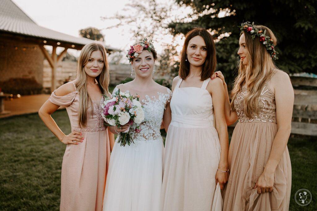 druhny na weselu w różnych sukienkach w odcieniach beżu