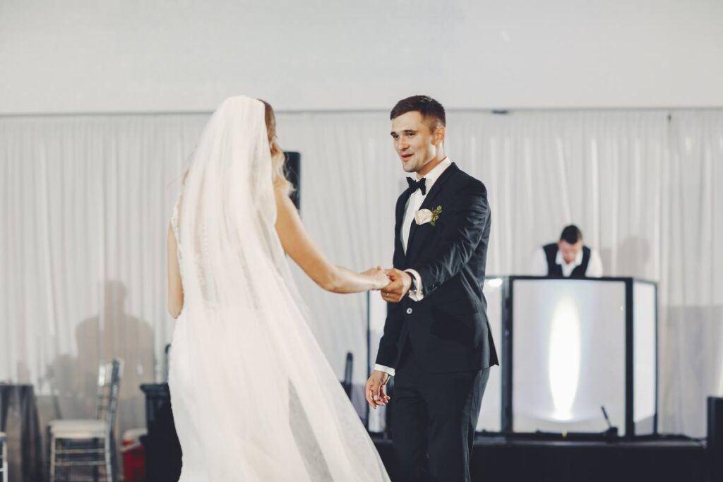 Wszystko, co musisz wiedzieć o opłatach za muzykę na weselu!