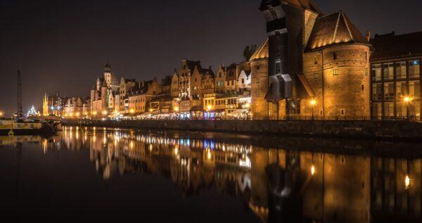 Sesja ślubna nad morzem? Sprawdź, jakie ciekawe miejsca w Gdańsku warto uchwycić na zdjęciach!