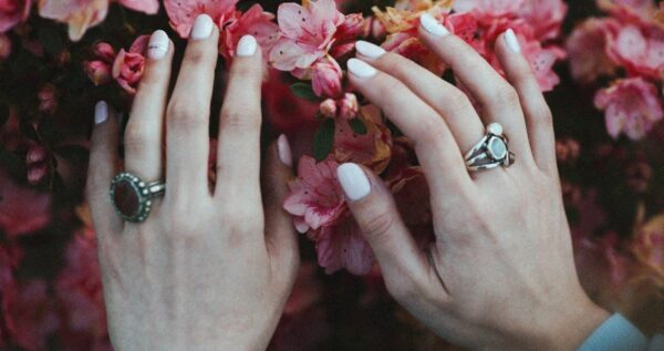 Jasne paznokcie na każdą okazję. Sprawdź pomysły na delikatny manicure!