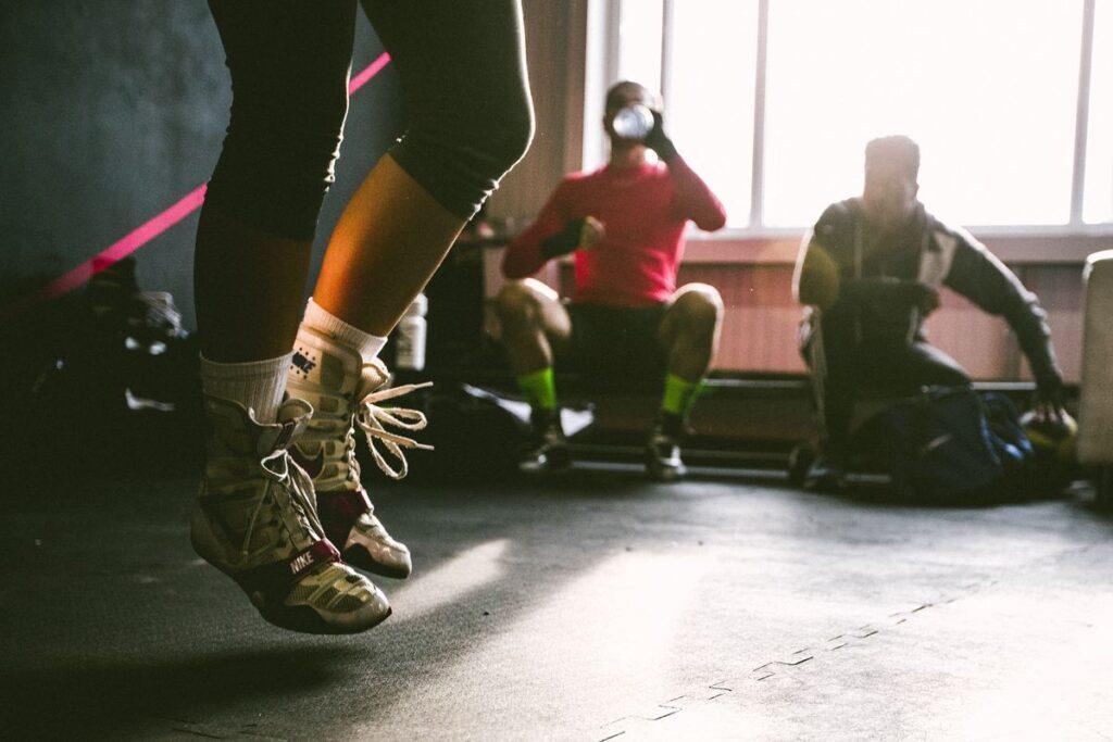 Kobieta pokazuje jak zacząć ćwiczyć na siłowni