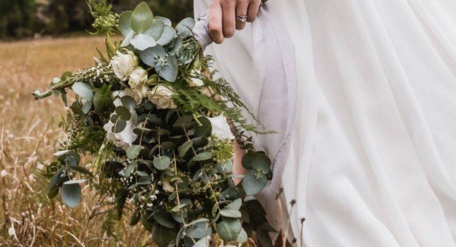 Bukiet ślubny rustykalny dla rustykalnej panny młodej. Zadbaj o szczegóły!