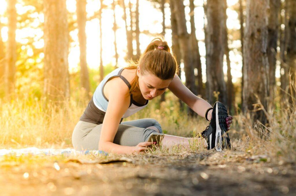 Kobieta pokazuje, jak zacząć ćwiczyć