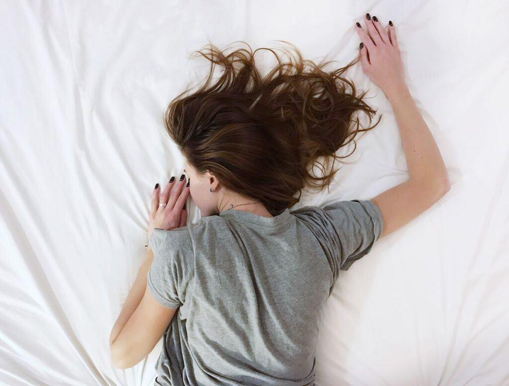 Kobieta śpi na brzuchu i śni o byłym chłopaku