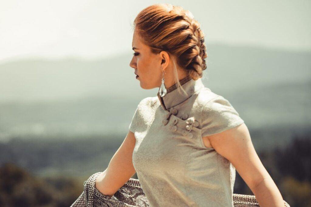 Warkocz jako fryzura na wesele na krótkie włosy do ramion