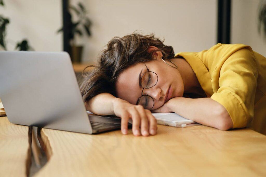 Kobieta zasnęła, czytając sennik