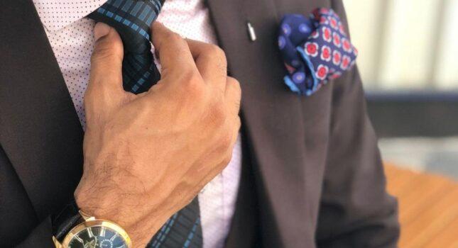 Jak złożyć poszetkę, aby idealnie prezentowała się do garnituru ślubnego?