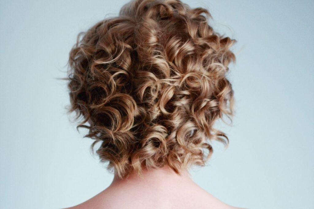 Fryzura na wesele krótkie włosy gęste loki