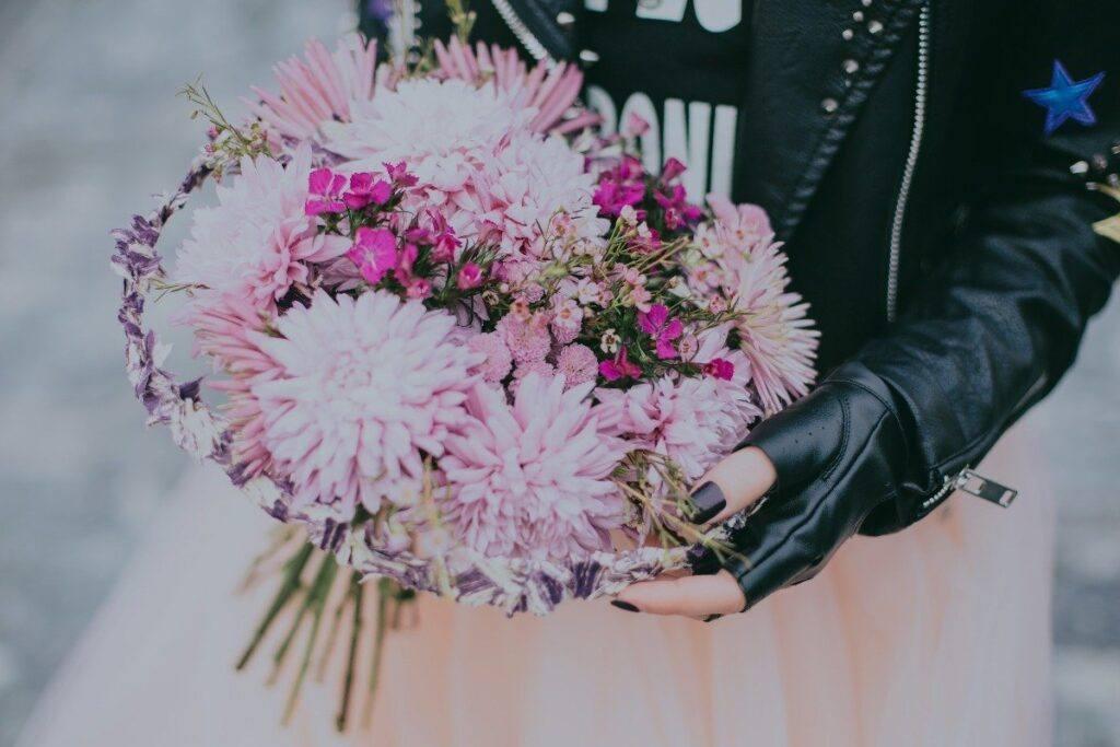 alternatywna panna młoda i jej ramoneska do sukni ślubnej