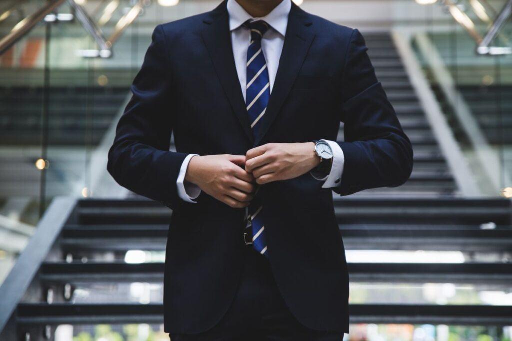 Granatowy krawat w paski