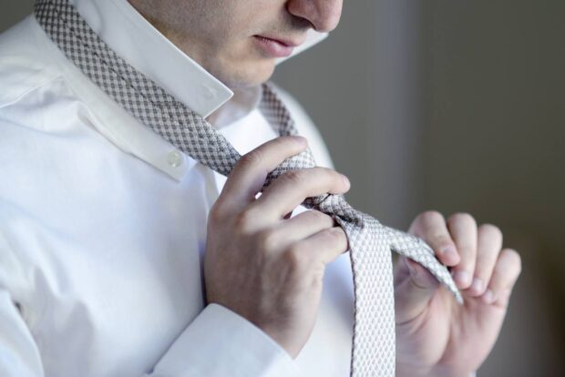Wiązanie krawata na kilka sposobów. Sprawdź, jak zawiązać krawat krok po kroku!