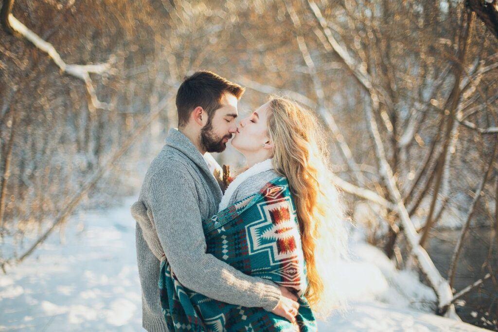 szczęśliwa para która ma za sobą zaręczyny zimą