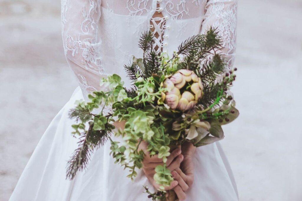 Bukiet ślubny rustykalny z gałązkami drzewa iglastego