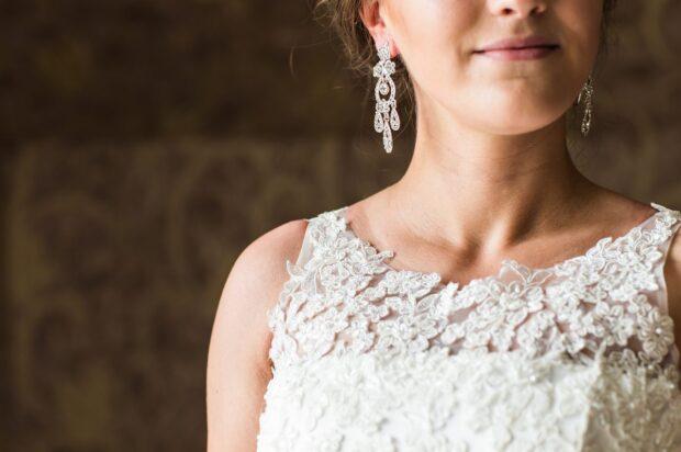 Klipsy ślubne – biżuteria, która podkreśli twój styl i doda blasku ślubnej stylizacji