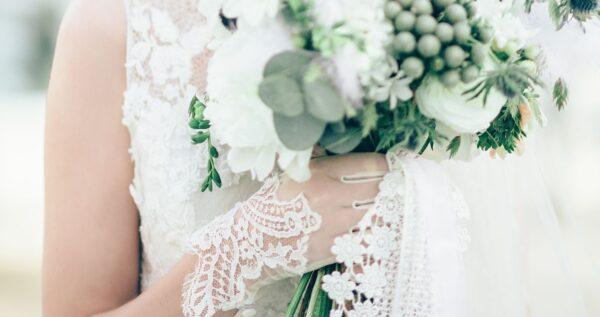 Rękawiczki ślubne - wyjątkowy element twojej stylizacji i urocze uzupełnienie całości