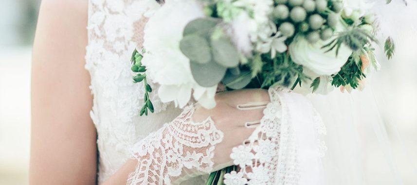 Rękawiczki ślubne – wyjątkowy element twojej stylizacji i urocze uzupełnienie całości