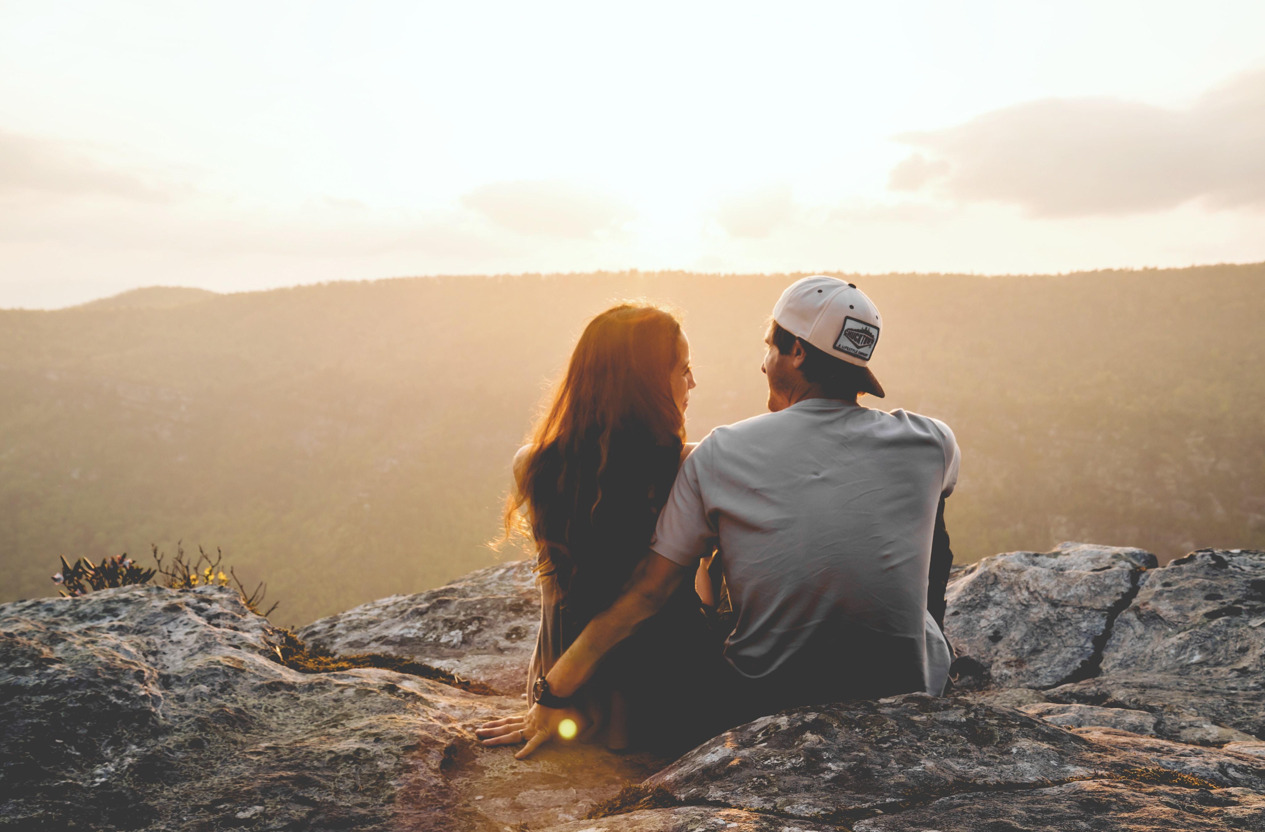 Znaki zodiaku i dopasowanie - zakochana para rozmawia o związku