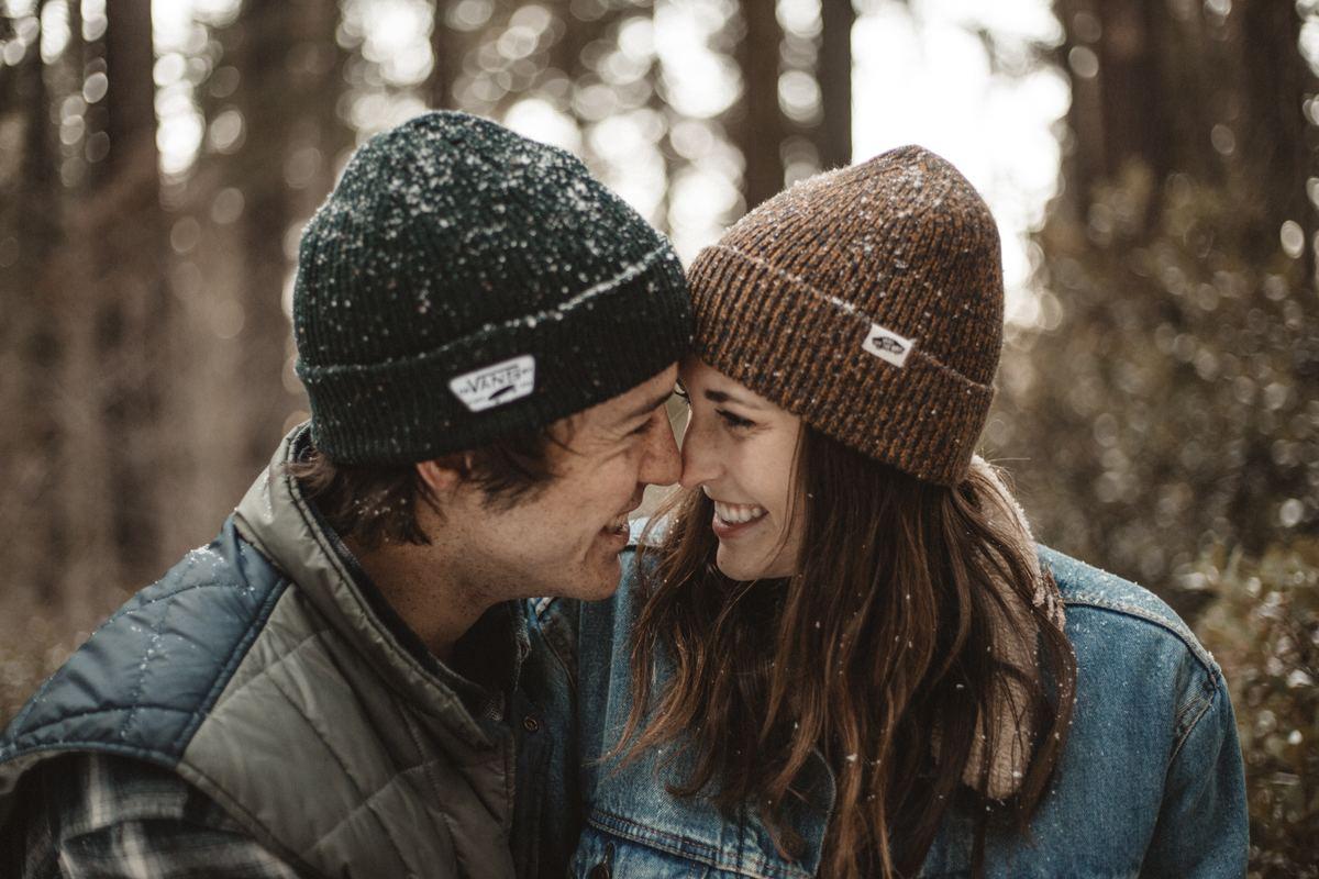Zakochana para patrzy sobie w oczy