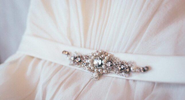 Pas do sukni ślubnej – ten piękny dodatek doskonale podkreśli twoją talię!