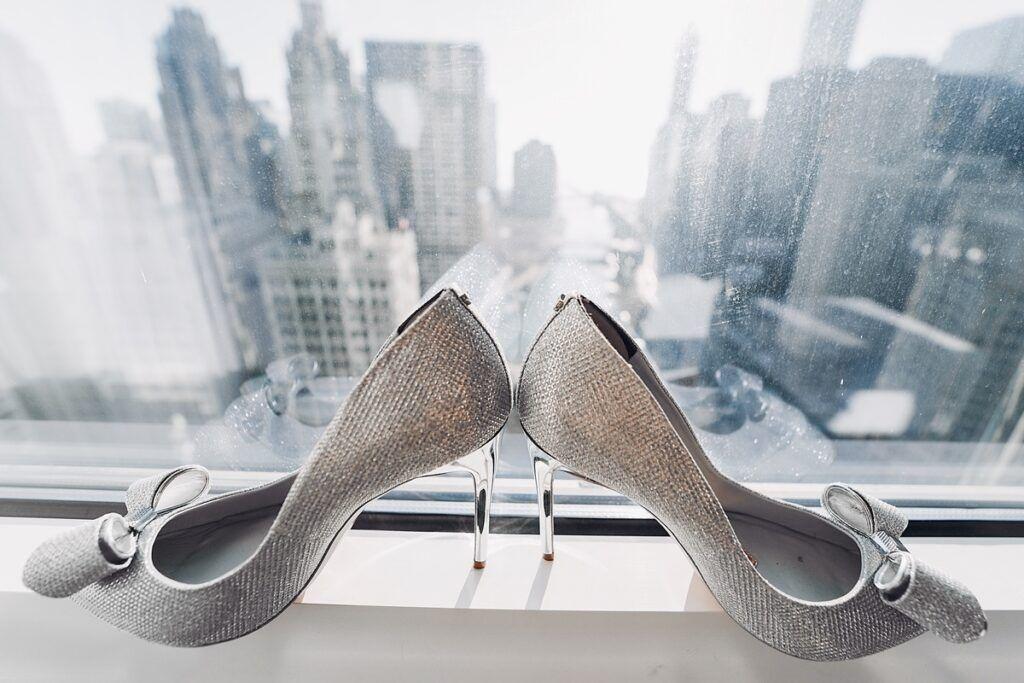 Idealne rozświetlenie, czyli srebrne buty ślubne dla modnej panny młodej