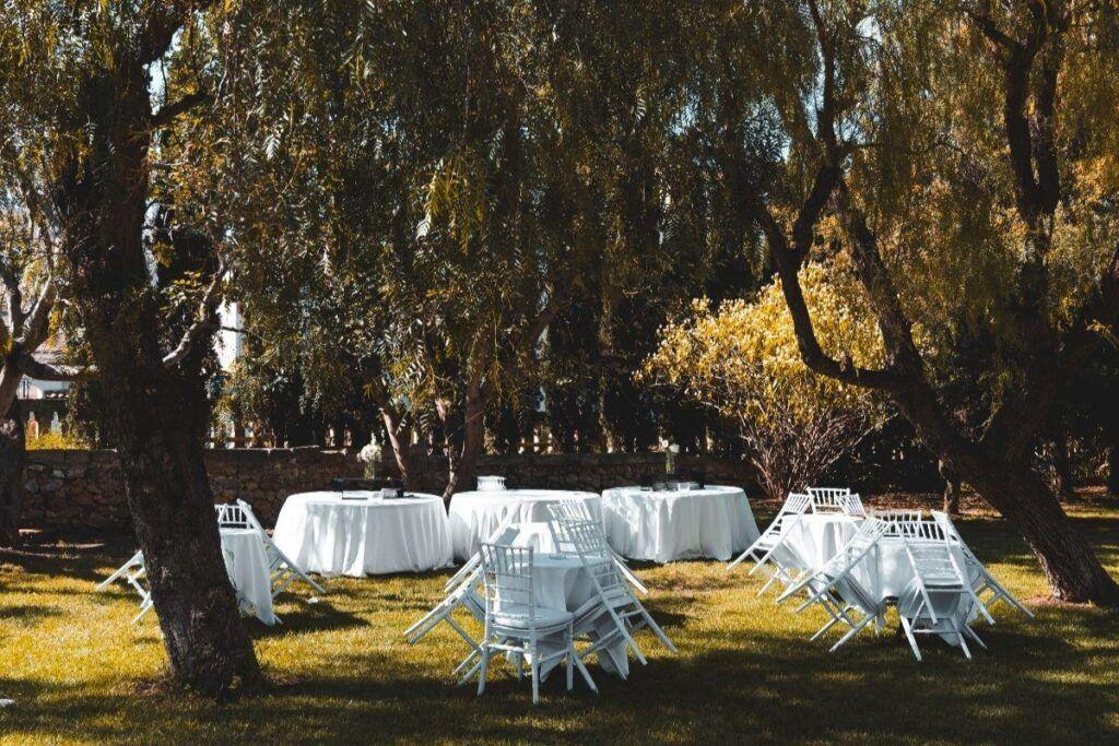 Złożone stoły na wesele w ogrodzie