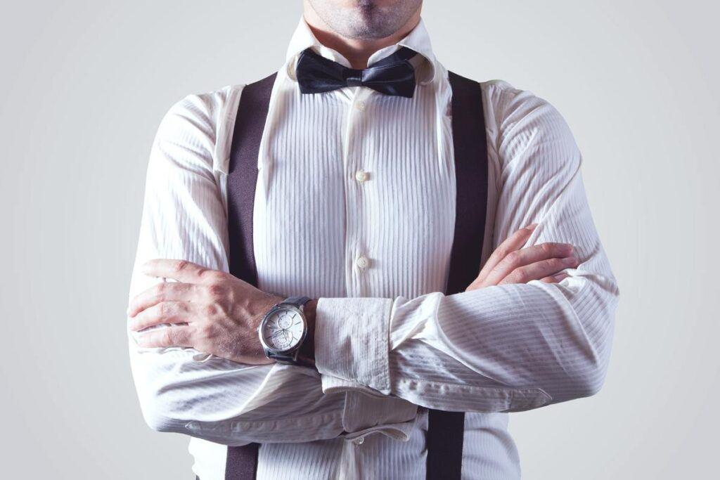 Szelki do garnituru i białej koszuli z muchą