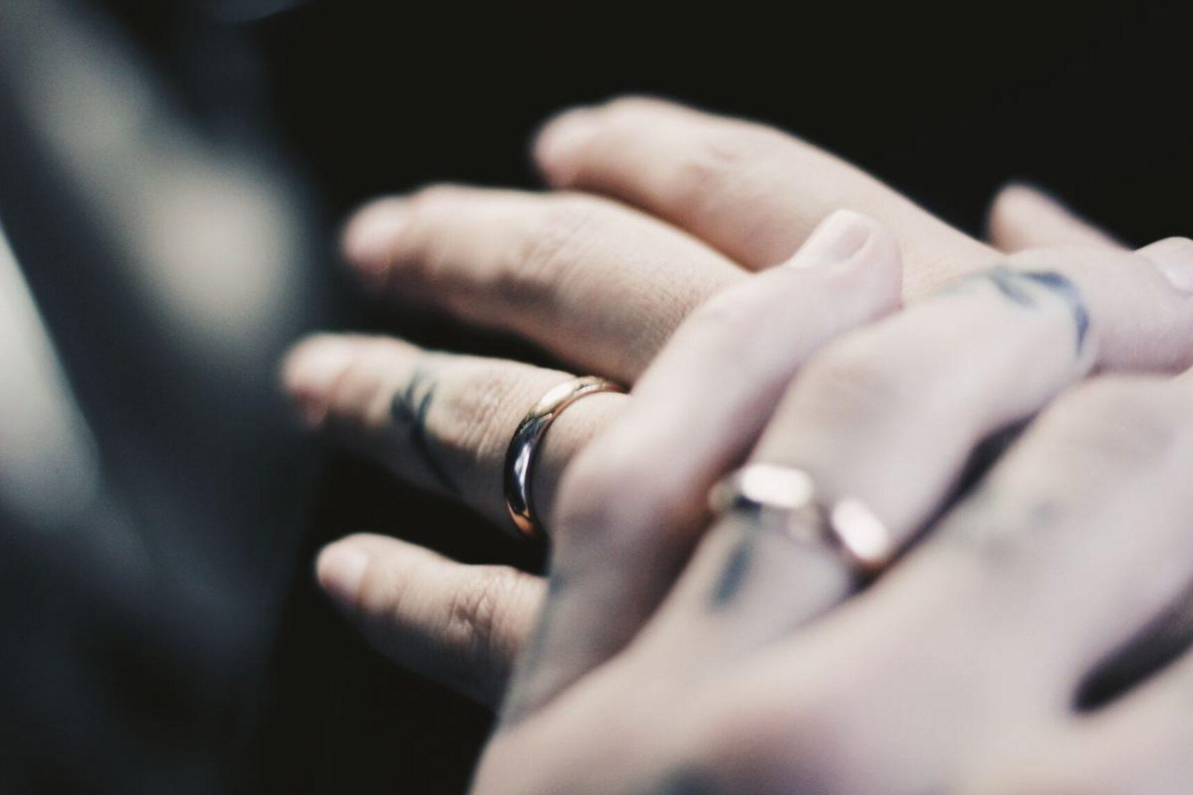 Tatuaż obrączka zamiast złotego krążka? Sprawdź, jakie wzory są najmodniejsze!