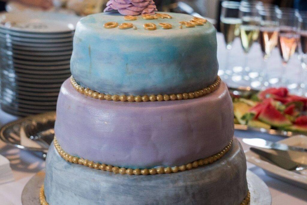 Niebiesko-fioletowy tort na wieczór panieński