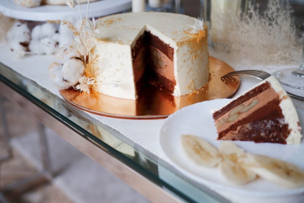 Tort weselny o smaku czekoladowym z bananami