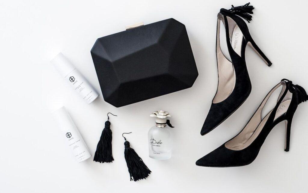 Czarne buty do bordowej sukienki