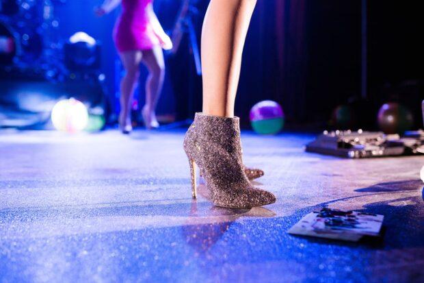Dobierz idealne buty do bordowej sukienki i zachwyć doskonałą stylizacją!