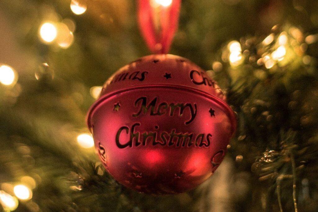 Czerwona bombka grająca świąteczne piosenki