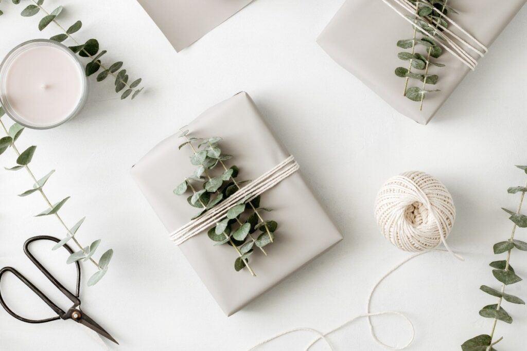 jak pakować prezenty w papier z użyciem gałązek i sznurka