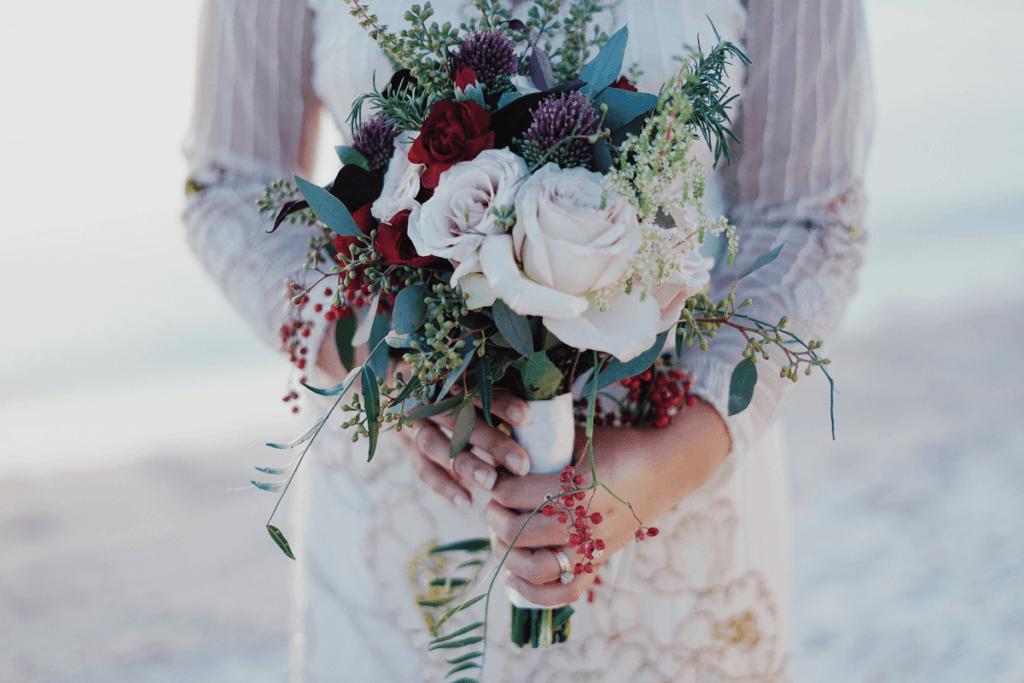 Zimowy bukiet ślubny dla zimowej panny młodej! Jakie kwiaty wybrać?