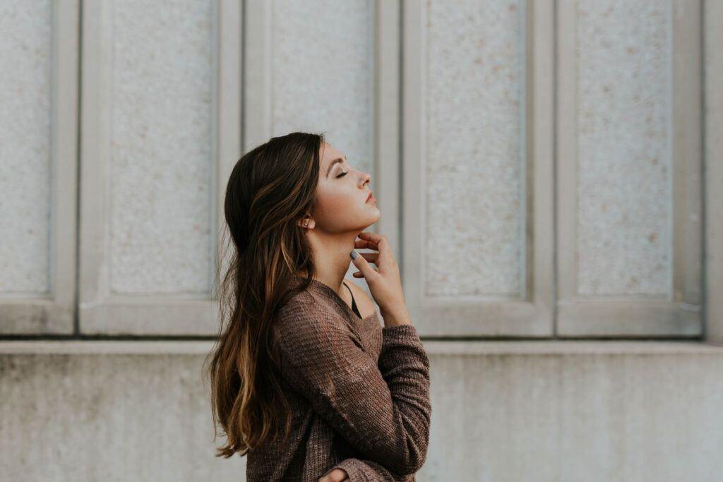 Kobieta pokazuje, jak szybko rosną włosy