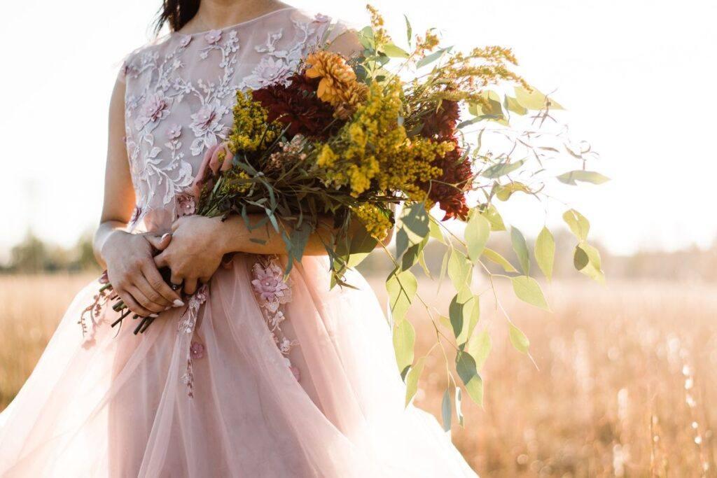 Różowa suknia ślubna – bądź nietuzinkową i niezwykle kobiecą panną młodą!