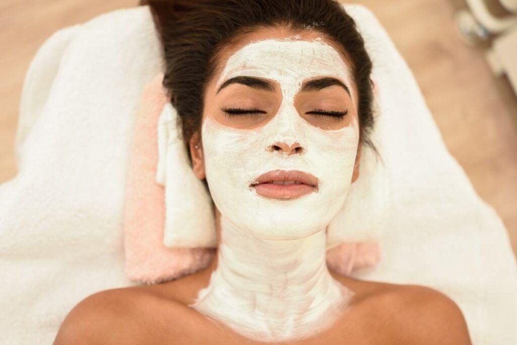 kobieta robiąca sobie na twarz maseczkę z miodu i mleka